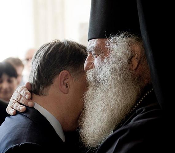 És Orbán Viktor belebújik a szakállába.