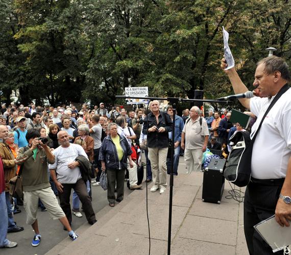 Tiltakozás a kormányzat rokkantakat érintő politikája ellen. Van olyan egykori rokkantnyugdíjas, aki bár ugyanúgy fizette a járulékait évekig, mint egészséges társai, neki mégsem a normál nyugdíjat, hanem egy alig 28 ezer forintos segélyt ad az állam.