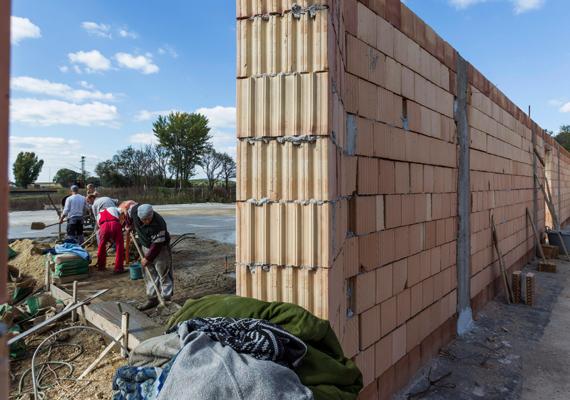 Október 4-én, pénteken volt a kolontári vörösiszap-katasztrófa harmadik évfordulója. A képen egy varroda építkezését lehet látni a korábban lebontott kolontári falurészben.