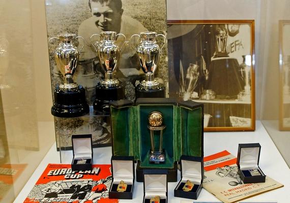 Megnyílt a Puskás-kiállítás Madridban.A Puskás Akadémia által közzétett fotón a kiállítás emléktárgyai láthatóak az egyik vitrinben, a madridi Bernabéu Stadionban. A kiállítás november 25-ig, a londoni 6:3-as magyar győzelem 60. évfordulójáig lesz látható.