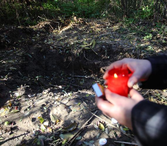 Megemlékezők mécseseket gyújtanak 2012. november 8-án Kaposvár fészerlaki városrészének egy erdős területén, azon a helyen, ahol elásták az előre kitervelten, brutális kegyetlenséggel meggyilkolt 11 éves Szita Bence holttestét.