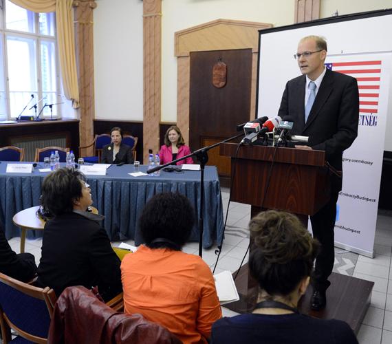Darák Péter, a Kúria elnöke megnyitja a Bírónők Egyesülete által szervezett, a családon belüli erőszakkal foglalkozó konferenciát az Országos Bírósági Hivatalban.