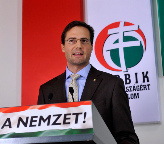 Gyöngyösi Márton, a Jobbik frakcióvezető-helyettese közölte, parlamenti kijelentése miatt megköveti zsidó honfitársait, azt elismeri, hogy félreérthetően fogalmazott, amikor zsidó származásról beszélt, de fel sem merült benne, hogy lemondjon, az ügyet pedig lezártnak tekinti.