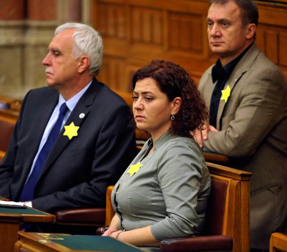 Független képviselők sárga csillagot viselnek az Országgyűlés plenáris ülésén, tiltakozásul Gyöngyösi Márton november 26-i kijelentése miatt.