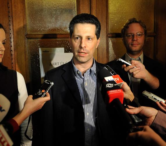 A Lehet Más a Politika parlamenti képviselőcsoportja Schiffer Andrást választotta vezetőjévé a párt zárt frakcióülésén, aki az LMP 2010-es parlamentbe jutásától egészen 2012. januári lemondásáig már betöltötte ezt a posztot.