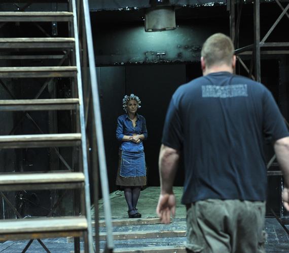 A vágy villamosa volt az utolsó előadás. Eszenyi Enikő az előadás előtt várakozik.