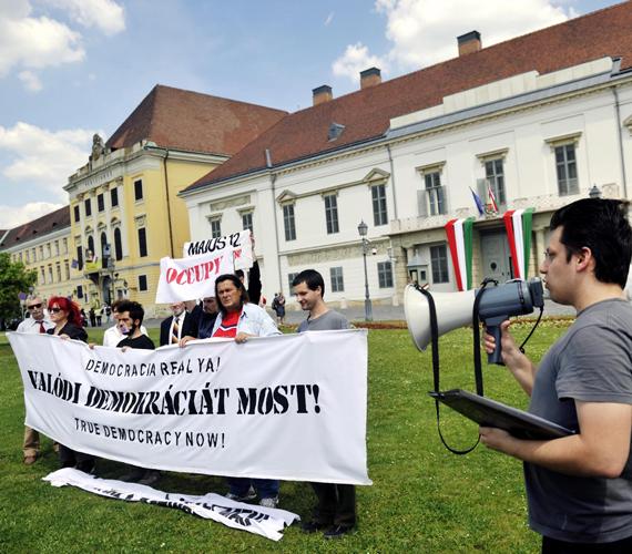 Az Occupy-csoport szervezésében civilek demonstráltak Áder János beiktatása után, hogy felhívják az államfő és a közvélemény figyelmét a demokratikus részvétel és a társadalmi igazságosság fontosságára.
