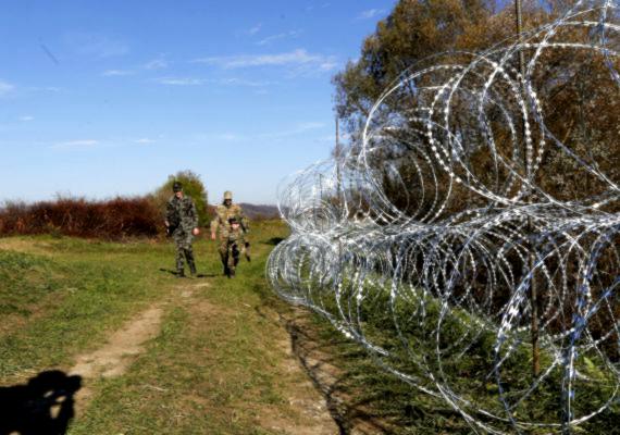 Szlovénia is gőzerővel építi a pengés kerítést a horvát-szlovén határra: az ország nem tud mit kezdeni a menekültáradattal. A szlovén kormány is a műszaki határzártól várja a helyzet rendezését. Magyarország közben 50 rendőrt küldött az országba, erősíteni az ottani határvédelmet.