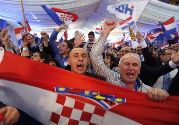 A legnagyobb horvát ellenzéki párt, a jobbközép Horvát Demokratikus Közösség győzött, de nem szerzett abszolút többséget a vasárnapi választásokon. A héten kiderült, hogy a Fidesz amerikai tanácsadója, Arthur J. Finkelstein is segítette a pártot a kampányban. A HDZ győzelmében reménykedett Orbán Viktor is, ezzel ugyanis megjavulhatna a horvát-magyar viszony. A horvát kampányban a határzár mellett a MOL-Ina ügy is szerepet kapott.