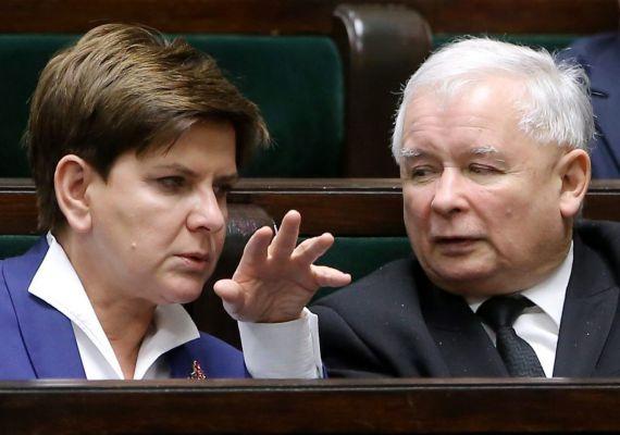 Újra nő lesz a miniszterelnök Lengyelországban: hétfőn bemutatták Varsóban a lengyelországi választásokon győztes Jog és Igazságosság - PiS - párt kormányát. Jaroslaw Kaczynski, a PiS elnöke megerősítette, hogy az új kabinetet Beata Szydlo vezeti.