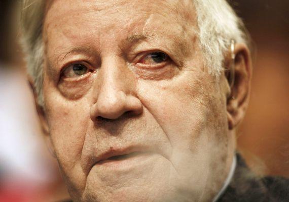 Kedden 96 éves korában elhunyt Helmut Schmidt egykori német kancellár. Az NSZK-t 1974 és 1982 között irányító Schmidt szeptember elején érelzáródás miatt kórházba került, jobb lábából vérrögöt távolítottak el. Lábának vérellátása nem állt helyre, utókezelésre szorult, az utóbbi napokban pedig ismeretlen eredetű fertőzést mutattak ki nála.