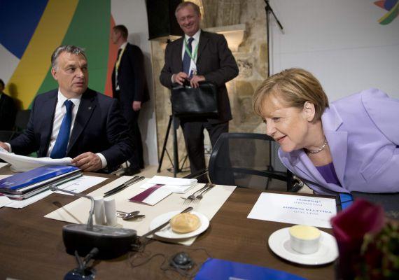 """""""A helyzet egyre inkább aggasztónak tűnik. Miközben mindenféle kontroll és válogatás nélkül érkeznek hozzánk a migránsok, aközben folytatódik a sehová sem vezető tanácskozások sorozata"""" - mondta Orbán Viktor csütörtökönaz Európai Unió és Afrika migrációról rendezett máltai csúcsértekezletének második napján. A miniszterelnök szerint az egyetlen megoldás a határok védelme lenne. Németország közben azt fontolgatja, hogy újra alkalmazni kezdi a dublini rendelet, és visszatoloncolják a menekülteket azokba az országokba, ahol beléptek az unió területére."""