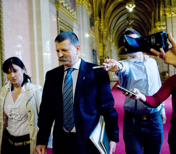 Kövér László házelnök távozik a párt elnökségi üléséről az Országházban. Itt döntötték el, hogy ki lesz az államfőjelölt