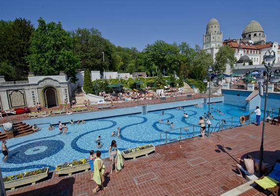 Elkezdődött a strandszezon Budapesten, elsőként a Gellért és a Dagály fürdő nyári medencéit, valamint a Palatinus strandot nyitották meg.