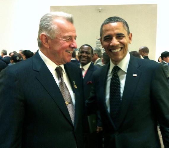 És Obamával mosolyog.