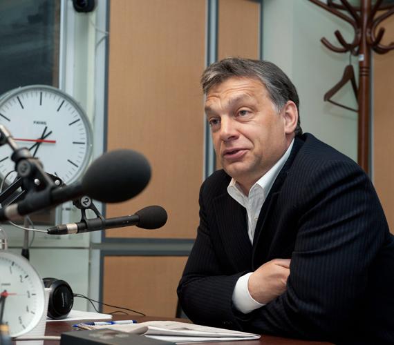 Péntek reggel. Orbán Viktor arra a kérdésre, hogy le kell-e mondania Schmittnek, közli: a miniszterelnök ahhoz az alkotmányos rendelkezéshez tartja magát, amely szerint a köztársasági elnök személye sérthetetlen. Az ország érdeke ugyanis, hogy az államfő sérthetetlen legyen.
