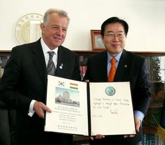 És a szöuli Hankuk Egyetem rektorával.