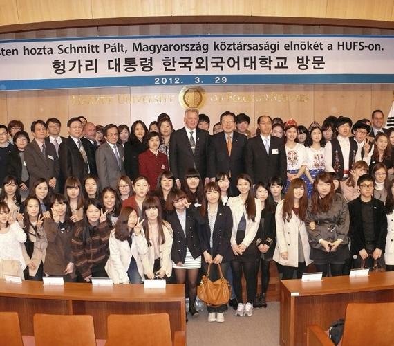 Március 29., csütörtök reggel. Schmitt a szöuli Hankuk Egyetem magyarul tanuló koreai diákjaival.