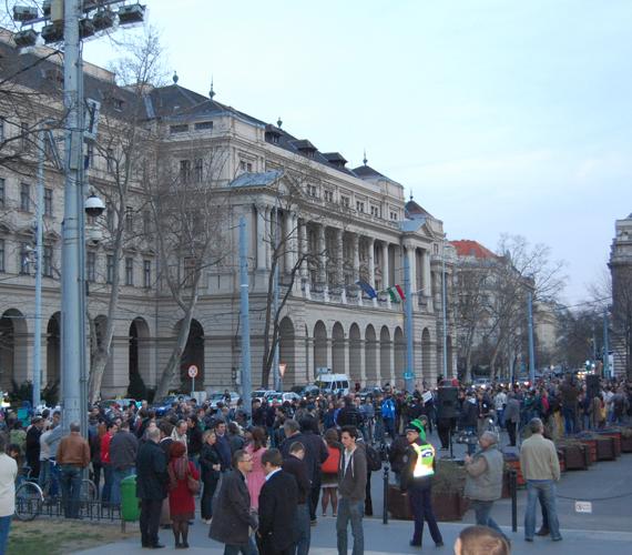 Kedd este. LMP-s flashmob Schmitt ellen. A tüntetők azt követelik, mondjon le.