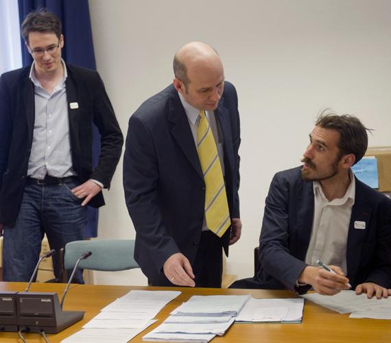 Az LMP átadja Jackli Tamásnak, az Országos Választási Iroda munkatársának a pártja népszavazási kezdeményezéseihez összegyűjtött íveket az aláírásokkal.