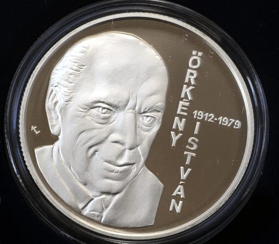 Örkény százéves lenne. A képen pedig a Magyar Nemzeti Bank által Örkény István századik születésnapján kibocsátott, 5000 forintos címletű ezüst emlékérem egyik oldala.
