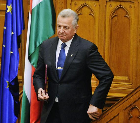 Schmitt Pál elhagyja a pulpitust, miután lemondott államfői hivataláról.