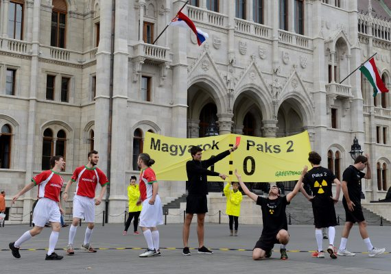 Az Európai Bizottság kötelezettségszegési eljárást indított Magyarország ellen a paksi erőmű bővítésével kapcsolatban, a közbeszerzési szabályok megszegése miatt. A Greenpeace aktivistái örömükben Magyarok-Paks II: 1-0 címmel egy rendhagyó labdarúgó-mérkőzést tartottak csütörtökön a Kossuth Lajos téren.