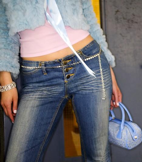 Nem megfelelő öltözék  Az egyik legnagyobb baki az, ha a munkahelyedre nem megfelelő ruhában érkezel. Sokat elárul rólad, ha nem tiszteled meg a helyet a visszafogott, elegáns öltözékkel. Ez különösen akkor igaz, ha irodában dolgozol, de a legtöbb munkahelynek megvan a saját elvárt viselete.