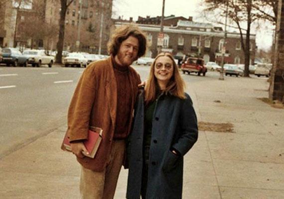 Bizony, ez itt maga Bill és Hillary Clinton, Bill Yale-en töltött évei alatt - az ember azt is el tudja képzelni róluk, hogy néhány napig meghúzzák magukat a kanapén.