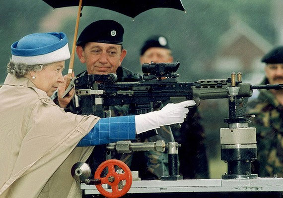 II. Erzsébet 1993. július 9-én egy katonai találkozón nemcsak messziről nézte a tüzérséget, maga is kipróbálta a fegyvereket.
