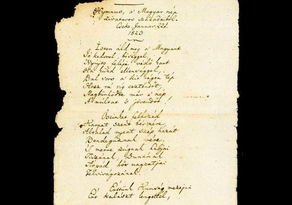 A Himnusz kéziratának első lapján, a vers címe alatt jól látszik a keltezés: Cseke, január 22., 1823. A lassan kétszáz éves papíron az első két versszak, valamint a harmadik versszak eleje látható.