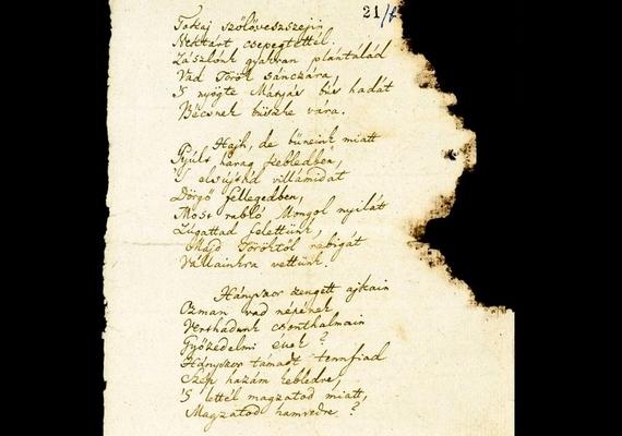 A teljes kézirat háromoldalas, a második oldalon a harmadik versszak folytatása, valamint a negyedik és az ötödik versszak foglal helyet.