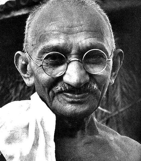 Mohandas Gandhi  Gandhi kitűnő példa arra, hogy békével, fegyverek nélkül is olyan változásokat képes elindítani akár egy ember is, mely az egész történelemre hatással lesz. A hívei által a Mahátma, vagyis nagy lélek jelzővel is felruházott szellemi vezető, aki egyébként jogász volt, a békés ellenállás jelképévé és az indiai függetlenségi mozgalom vezéralakjává vált. Élete során, bár nem akart mást, csak feloldani a feszültségeket és békét hozni országának, számos alkalommal bebörtönözték. Születésnapja, október 2-a ma az erőszakmentesség világnapja.