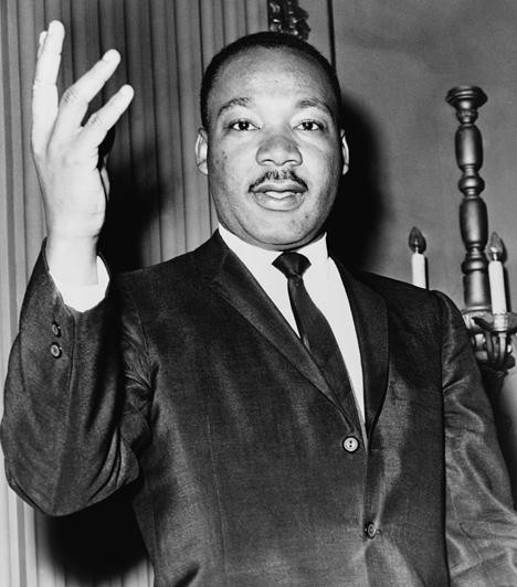 Martin Luther KingAz amerikai baptista tiszteletes szinte egész életét az amerikai feketék jogi egyenlőségének kivívásának és a faji megkülönböztetés megszüntetésének szentelne. Sok más társával ellentétben az erőszakmentesség elvét hirdette, céljai eléréséért csak a polgári engedetlenség módszeréig ment el. Van egy álmom kezdetű beszéde minden idők egyik leghíresebb szónoklatává vált, alakja pedig máig kultikus. 1968-ban merénylet áldozata lett.Kapcsolódó cikk:Nem ő gyilkolt: részeg tanú alapján ítélt a bíróság »