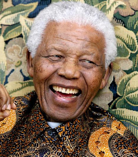 Nelson MandelaA Béke Nobel-díjas politikus a Dél-afrikai Köztársaság első fekete bőrű elnöke volt, de már jóval előtte is azért küzdött, hogy megszüntesse a faji megkülönböztetést, élesen bírálta az apartheidet, apartheidellenes aktivista tevékenykedése miatt pedig nem kevesebb mint 27 évet töltött börtönben. Bár korábban életfogytiglani szabadságvesztéssel sújtották, amit az ország lakosságának gondolkodásában elültetett, végül reformok formájában öltött testet, és a kormány sem tehetett mást, mint, hogy szabadon bocsássa.Kapcsolódó galéria:15 ember, aki megváltoztatta a történelmet »
