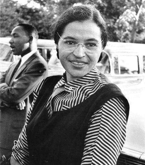 Rosa Parks  A 2005-ben elhunyt Rosa Parks az amerikai fekete polgárjogi mozgalmak egyik legjelentősebb alakja volt, különösen, ami a nőket illeti. Komoly változások kirobbantója lett, bár korántsem tudatosan, mikor 1955-ben nem adta át helyét a buszon egy fehér bőrű utasnak. Később emiatt hadbíróság előtt is állt, ám felmentették. Ez az eset vezetett később a híres montgomery-i buszbojkotthoz, az egyik legsikeresebb rasszizmus elleni megmozduláshoz is.