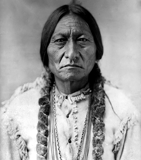 Ülő Bika  Sitting Bull a 19. században a sziúk vezetője és indián sámán volt, aki 1876-ban Little Bighornnál elsöprő győzelmet aratott a Custer tábornok által vezetett amerikai lovasezred fölött. Félve az amerikai megtorlástól, törzsével elhagyta az országot, majd, mikor visszatért, egy rezervátum területére deportálták. Az ősi hagyományokhoz és az indiánok függetlenségéhez azonban élete végéig ragaszkodott - bár Buffalo Bill vadnyugati show-jával együtt járta az országot, a közönséget sziú anyanyelvén mindig megátkozta.