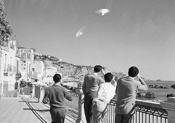 1954 decemberében Szicíliában ismeretlen eredetű járművek tűntek fel az égen.
