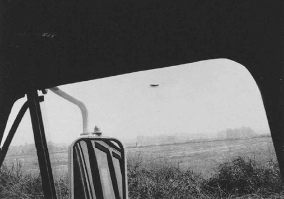 Rex Heflin, az amerikai Orange megye baleseti helyszínelője munka közben lett figyelmes a kalap alakú tárgyra. A kép 1965. augusztus 3-án készült.