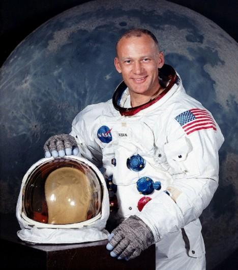 Edwin Buzz Aldrin  Szintén 1930-ban született, majd 1963-ban doktori címet szerzett űrhajózási témában Edwin Aldrin.A Gemini–12 küldetésen megdöntötte az űrséta addigi időtartamrekordját. Szintén ott volt a holdraszálláson, de ő nem maradt a hajón: a második emberként a Holdra lépett. 1971-ben visszavonult az űrutazástól.  Kapcsolódó cikk: Képeken Magyarország egy űrhajós szemével »