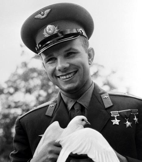 Jurij Alekszejevics GagarinA szovjet űrhajós 1934-ben született, és ő volt az első ember a világűrben - a küldetést aVosztok–1 űrhajóval hajtotta végre 1961-ben. Gagarint alacsony termete miatt választották ki az akcióra - ha néhány centivel magasabb lett volna, már nem kaphatta volna meg a feladatot. Ez volt az egyetlen űrrepülése, később már nem ismételte meg korábbi kalandját. 1968-ban életét vesztette egyrepülőgép-balesetben, amely végül számos összeesküvés-elmélet táptalaja lett.