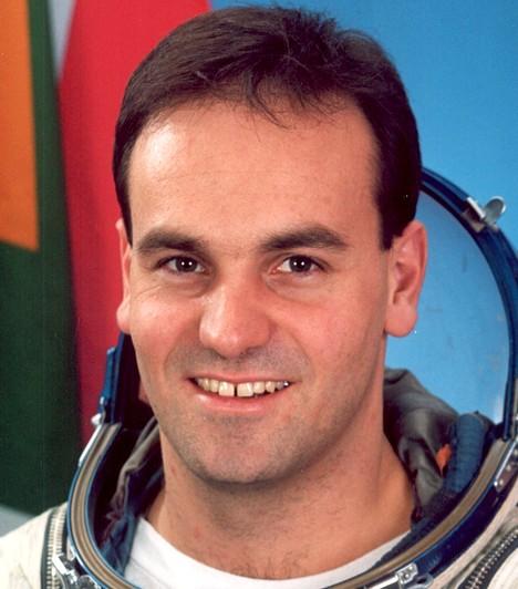 Mark Shuttleworth  John Glenn veterán űrhajós ingyenes űrutazása után az 1973-as születésű Mark Shuttleworth volt a második űrturista, de ő volt az első, aki fizetett is érte, mert őt - elődjével ellentétben - nem kutatási célokkal küldték fel a világűrbe. 2002-ben, első afrikai űrutazóként 9 napot töltött a Szojuz TM–34 űrhajón.  Kapcsolódó cikk: Ilyen az éjszakai Föld a világűrből»