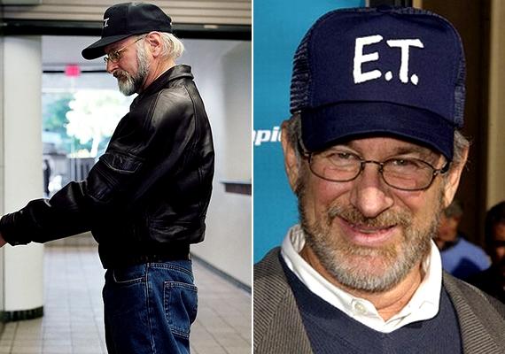 Howie Slater hasonló sapkát viselt a fotón, minta rendezőóriás, Steven Spielberg.