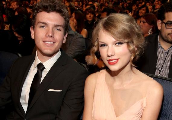 Taylor Swift öccsét, Austint elnézve nővére jut eszünkbe smink nélkül és rövid hajjal.