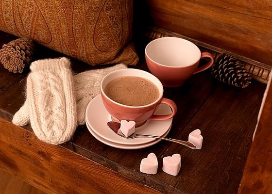 A forró csokinak vannak különböző változatai, de abban egyik sem különbözik a másiktól, hogy valódi kalóriabomba.