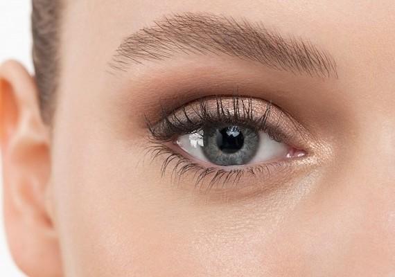 Nem csak spirállal dúsíthatod és növelheted a szempilláidat: természetes módon, ricinusolajjal is jó eredményt érhetsz el.