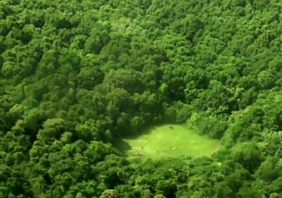 Időről időre olyasmikre bukkannak, amik akár jelekként is értelmezhetők, például a kopár kör az erdő közepén: ezt sokan a földönkívülieknek tulajdonították.