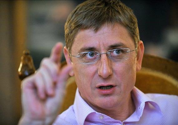 A DK elnöke, Gyurcsány Ferenc a Janus Pannonius Tudományegyetemen tanult közgazdaságtant, és járt a tanárképző karra.