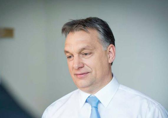 A magyar miniszterelnök szintén rendelkezik ELTE-s jogászdiplomával, és tárgyalási szinten beszéli az angolt.