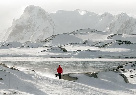 Az Antarktiszon kialakított kutatóbázisokat valahogy megközelíthetővé kell tenni: nemcsak tudósok, de fizikai munkások is élnek itt, akik szükség esetén egész nap a havat lapátolják.